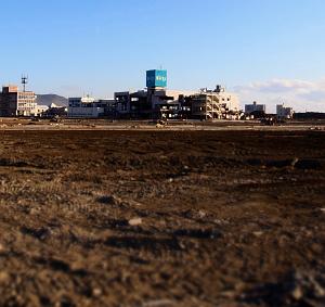 002_11番番瓦礫が撤去されポツリと残された廃墟ビル(撮影2012年1月撮影).jpg