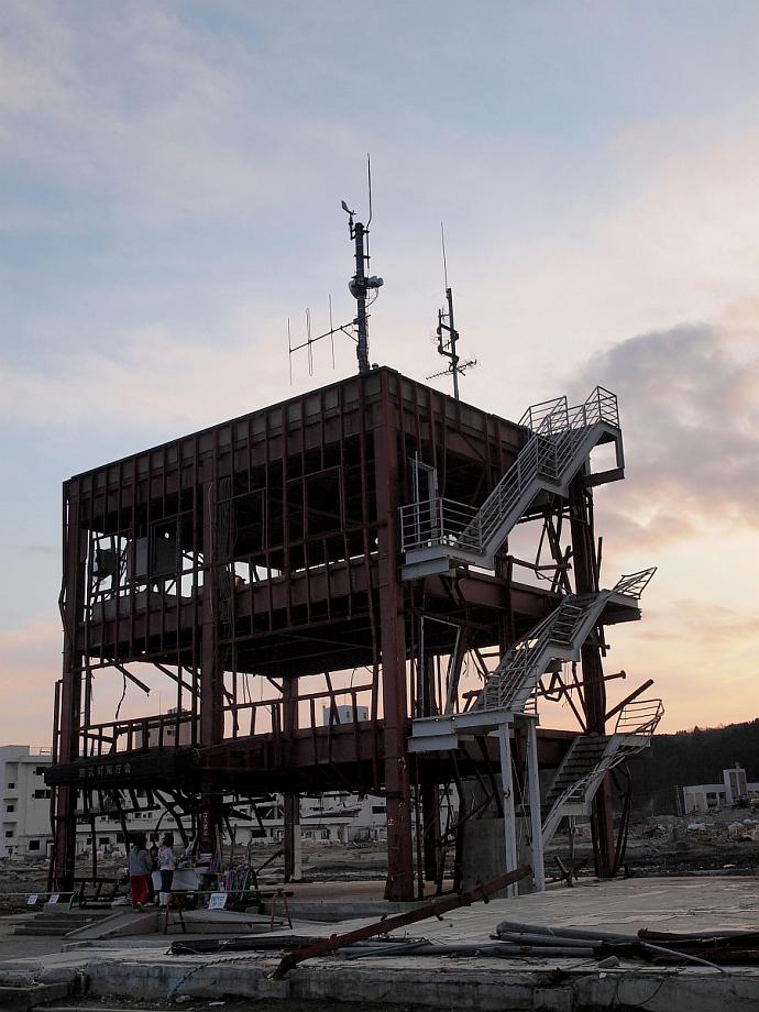 007_15番・南三陸町・骨組みしか残らなかった防災対策センター.jpg