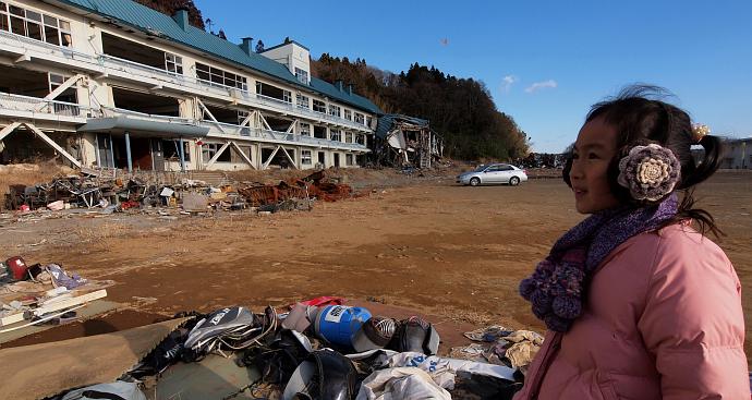 013_22番・破壊された高田高校の前に立ち、何を感じているのだろうか.jpg