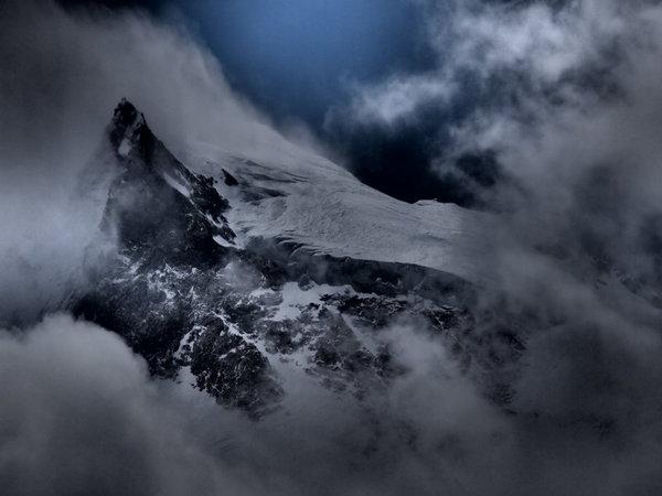 9番目雲の隙間から姿を見せたマナスル峰の頂.jpg