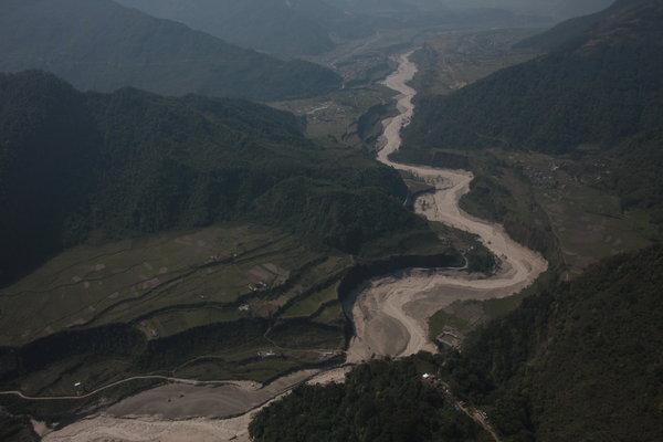 両岸を大きく削られたセティ川.jpgのサムネール画像