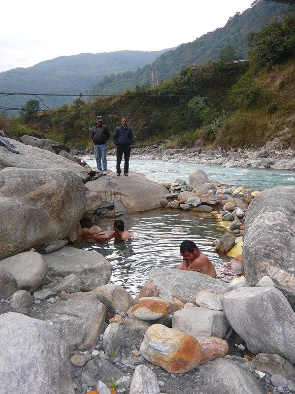 昨年10月に撮影されたカラパニ村の温泉。後ろに吊り橋が見える。.jpg