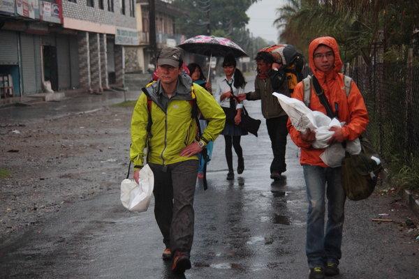 雨の中、ポラカ空港まで歩くはめに.jpg