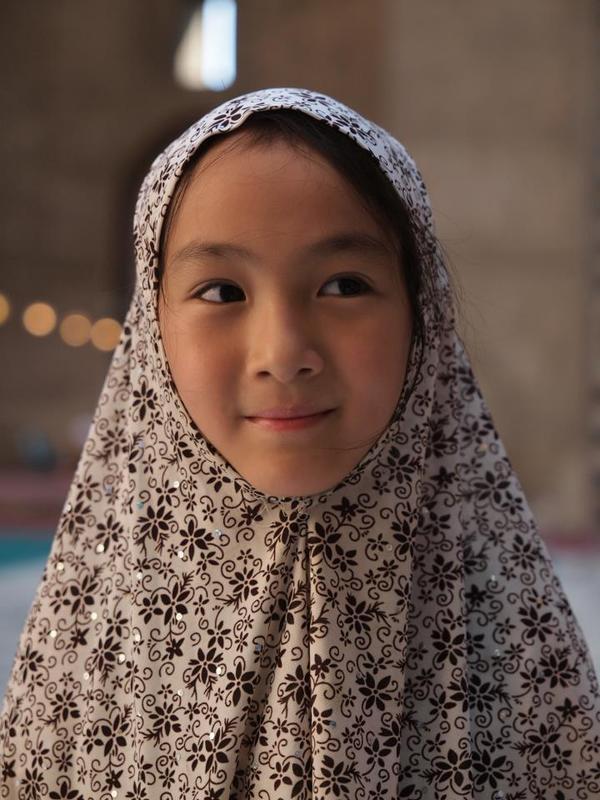 娘もスカーフを付けてモスクデビュー.jpg