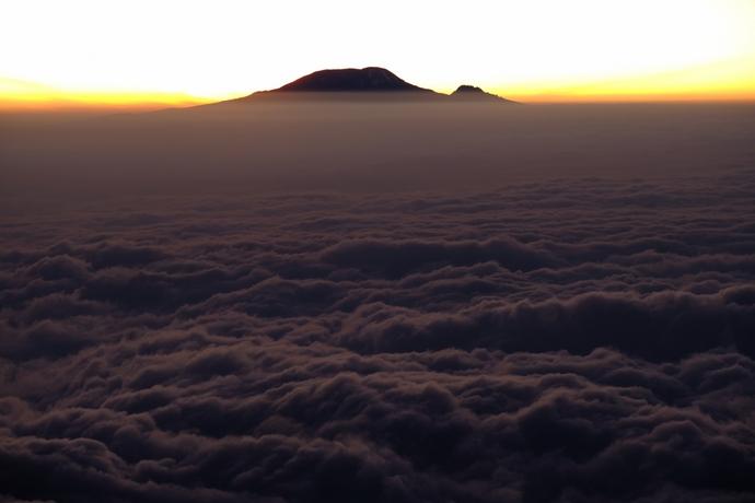 雲海の向こうにキリマンジャロを望む