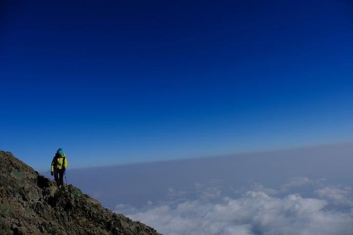 メルー山の山頂に向けて歩を進める