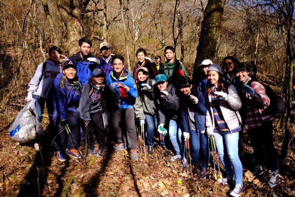 亜細亜大学の学生と富士山清掃