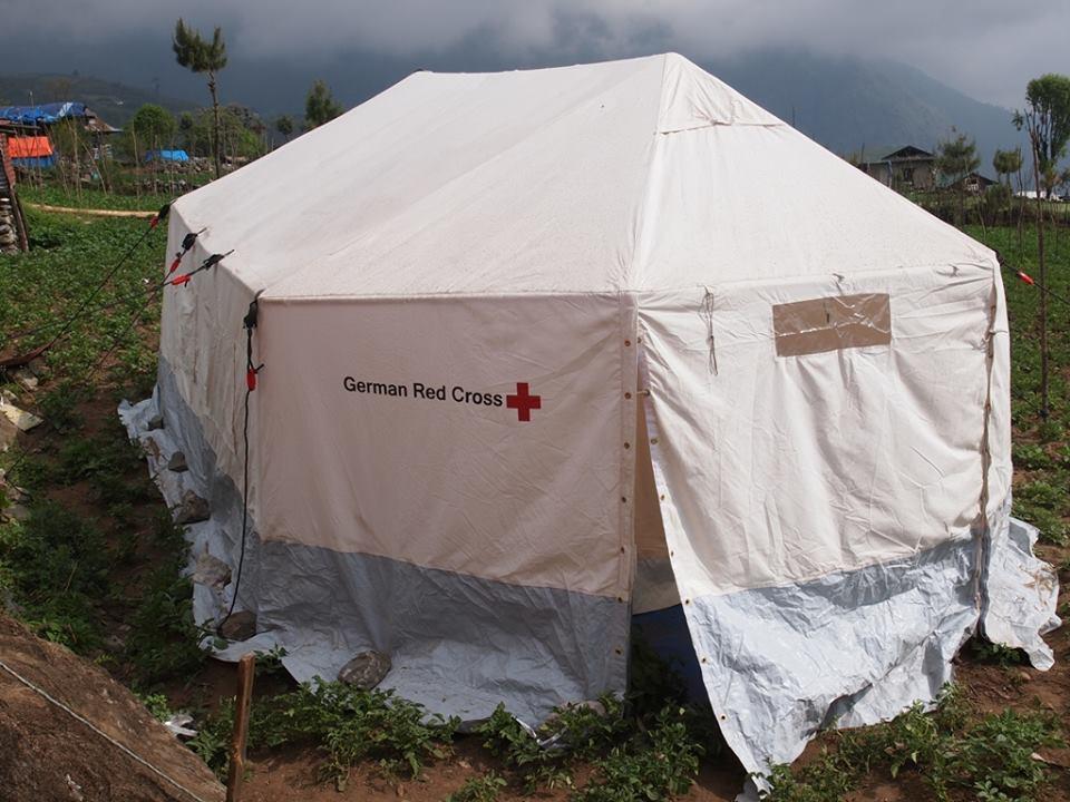 「エベレストで死ねば・・・」自殺をほのめかすシェルパも。雨期の前に大型テントを届けたい