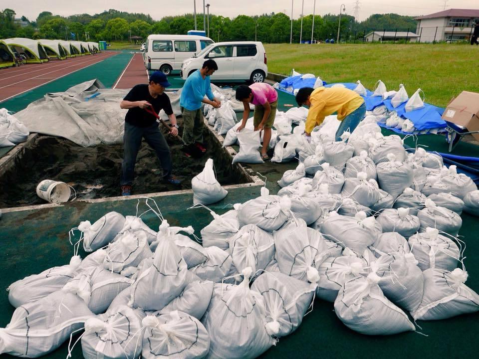 熊本地震支援、強風対策で土嚢作り