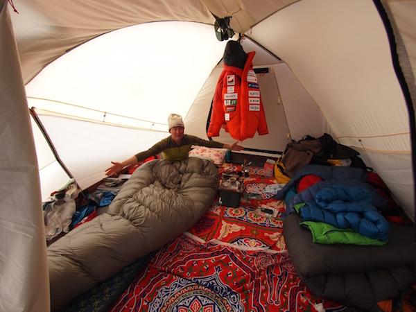 エベレスト遠征は約2か月間。過酷な生活が続くだけにテントの中でくつろぐ時間が何よりも大切。