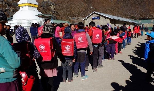 クムジュン村にランドセルを届けました。