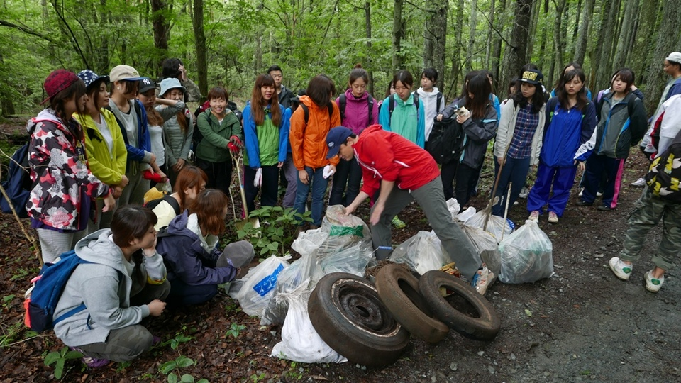 亜細亜大学学生と富士山清掃