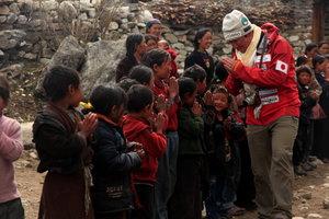 サマ村に到着し子どもたちの歓迎を受ける
