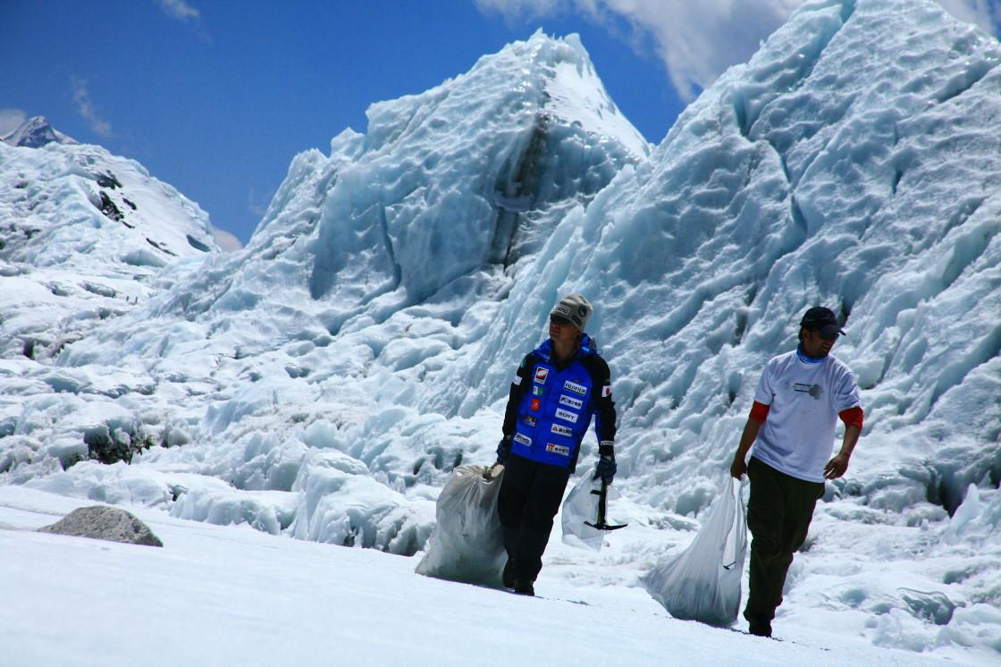 氷柱群のなかゴミを運びながらゴミを探す 氷柱群の中、ごみを運びながらごみを探す アイスフォールの