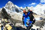 カラパタール峰に登頂した瞬間!左奥がプリモ峰、右奥がエベレスト