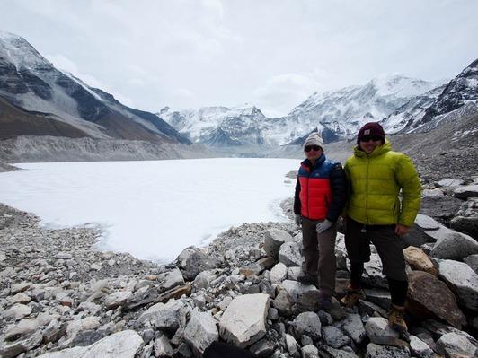 イムジャ氷河湖にて(左・野口