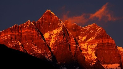夕日に照らされるローツェ南壁