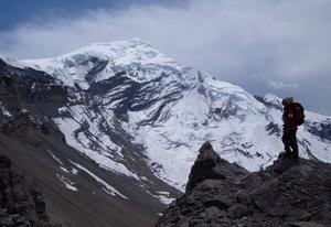 チュルー西峰の山頂を仰いで