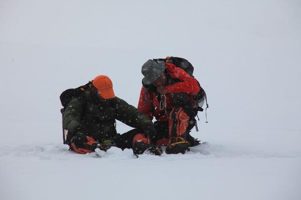 ルート上で倒れこむ登山者