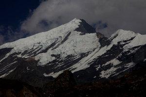 レダー村手前からのチュルー西峰