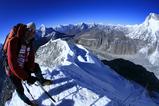 こちらも山頂から魚眼レンズ撮影。バッグにアマダブラム峰がみえる