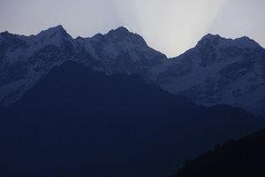 中央にマナスル峰、右側の峰にヒマルチュリ