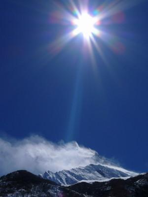 雪が舞うマナスル峰
