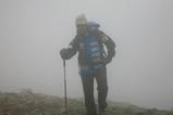 メララ(5413M)の峠を目指して霧の中を進む