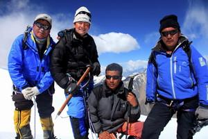 山頂にて シェルパたちと 撮影平賀