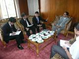 バングラデシュ ホフマン水資源担当大臣(右から2人目)と会談