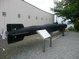 人間魚雷「回天」の模型の前にて