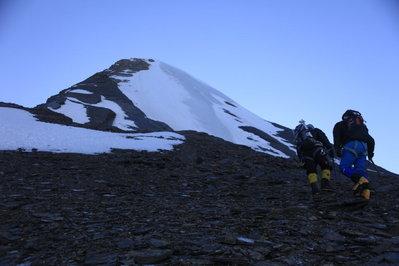 一歩一歩山頂を目指す 撮影 平賀