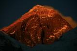 夕日で赤く染まるエベレスト