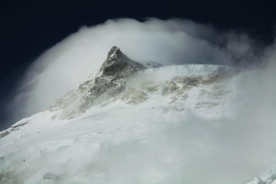 レンズ雲に覆われるマナスル峰 レンズ雲に覆われるマナスル峰 マナスル山頂の笠雲は天候が大きく悪化