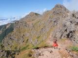 横岳へ トボトボと歩く まだまだ先は遠い.JPG