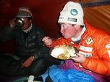 テント内での夕食・この日はカレーにネパール餃子