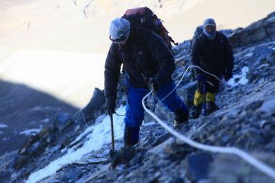 岩場を慎重に  登る 撮影平賀