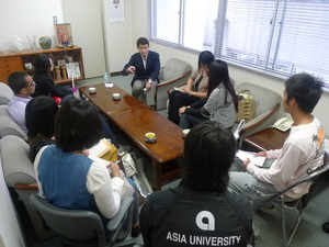 講義後も会議室で学生からの質問が続く