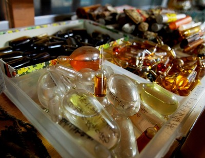 野戦病院跡地から発見された栄養剤や薬品関係
