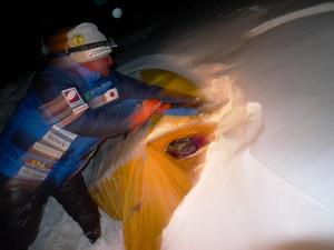 雪で埋まったテントを掘り出す