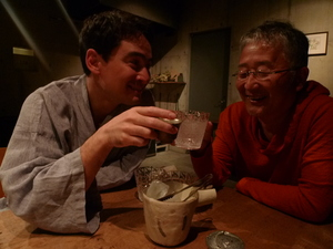 小屋場只只のオーナー・水元雄二さんと乾杯