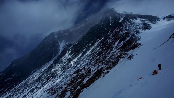 1番 キャンプ3から眺めるエベレスト南峰 - コピー