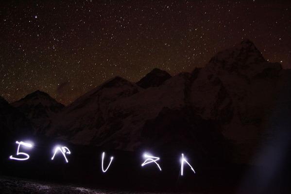 ヘッドランプの光でエベレストの文字