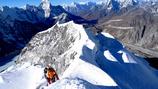 平賀カメラマンとダワタシ・シェルパが氷壁を登り終え稜線に到着した