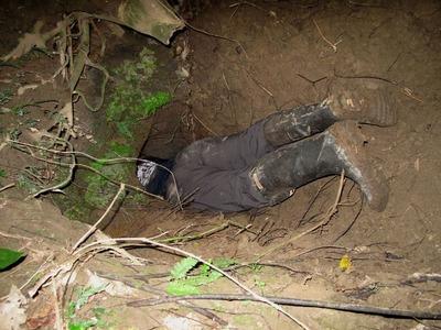 11 いくつもの壕があるが、ほら穴のような小さい入口