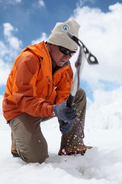 氷を砕いてゴミを探す