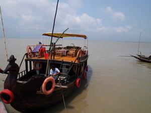 この船でハシャリ村に向かう