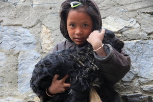 子羊を抱く少女