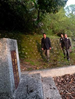サマ・トフイさんの案内で日本兵の慰霊碑に