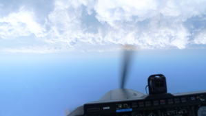 宙返りした瞬間。雲が上で空が下。